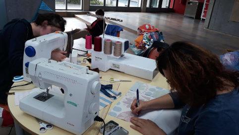 élèves utilisant des machines à coudre